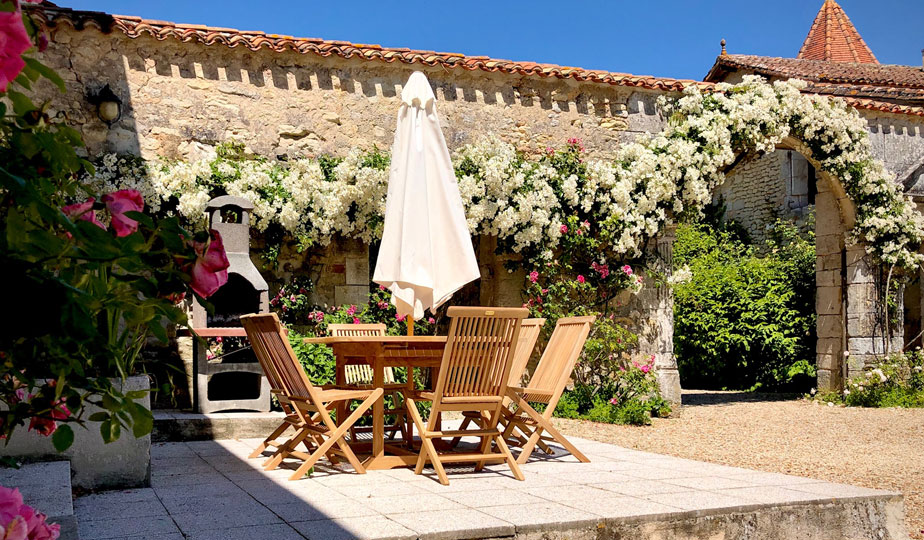 Exterior - courtyard setting of Gite in Charente, South west France